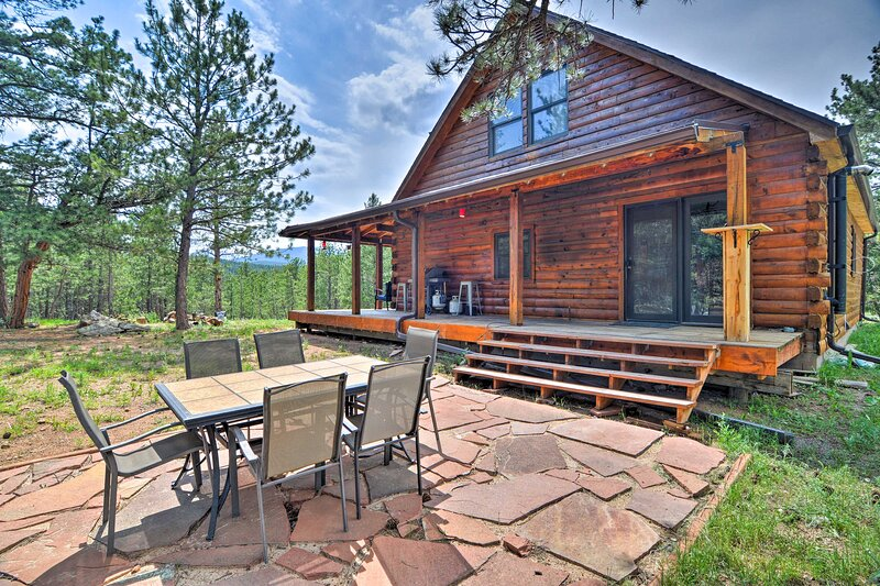 NEW! 'Pinecone Palace' w/ Hiking & Creek Access!, holiday rental in Jamestown