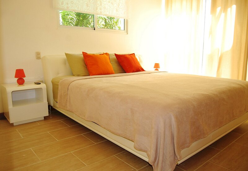 Family-friendly luxury villa with private pool near sandy beach, holiday rental in Perla Marina