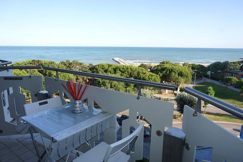 Beautiful Sea Front Apartment With Swimming Pool, location de vacances à Porto Santa Margherita