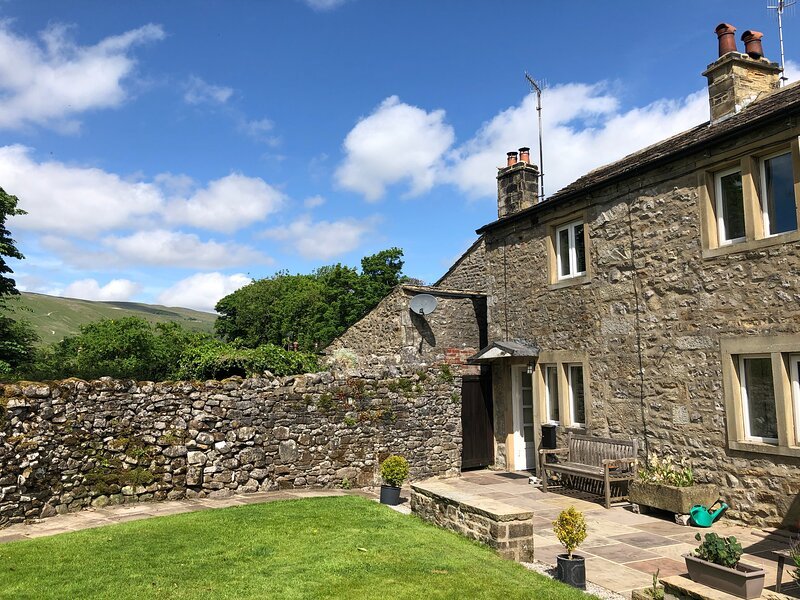 Idyllic Country Cottage In Heart of Dales Village with Private Garden, vacation rental in Starbotton