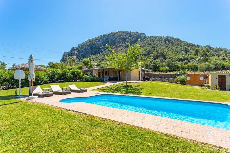 Villa with private pool walking distance to Pollensa old town, alquiler de vacaciones en Pollença