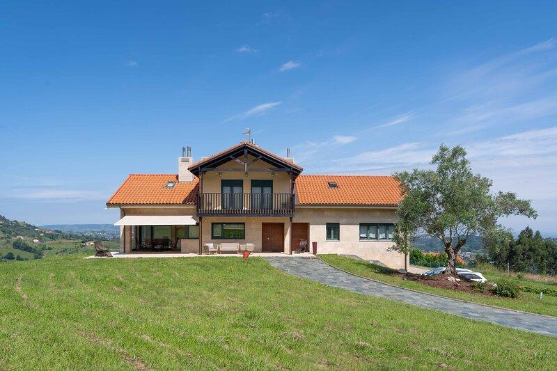 Villa Berlín, villa con vistas al mar., holiday rental in Pola de Siero