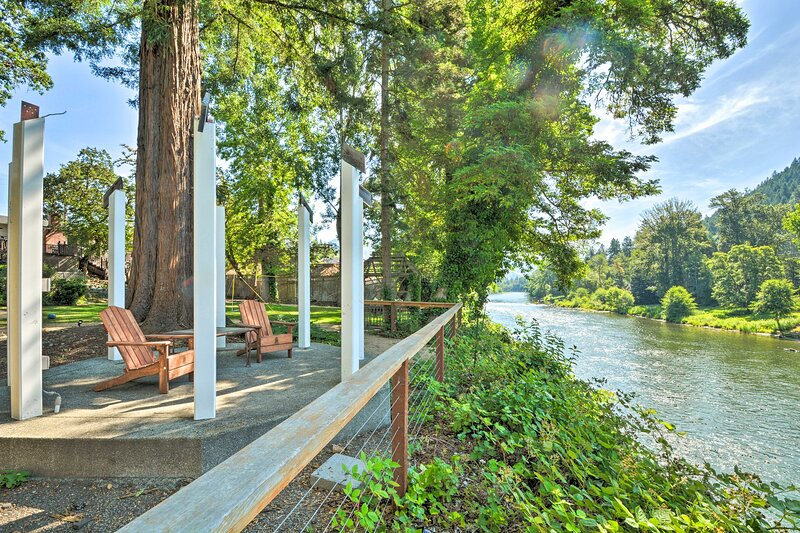 NEW! Beautiful Grants Pass Abode w/ Private Deck!, holiday rental in Rogue River