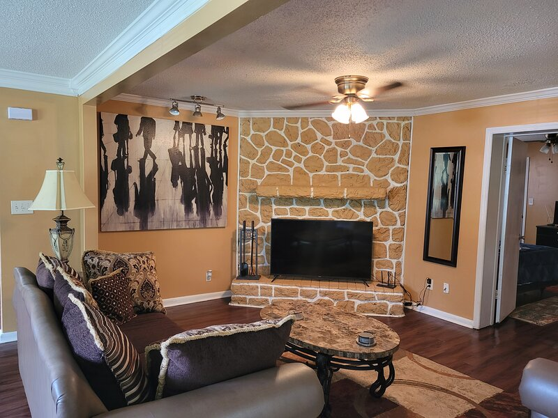 New Huntsville, Suites! Urban life with city access, holiday rental in Huntsville