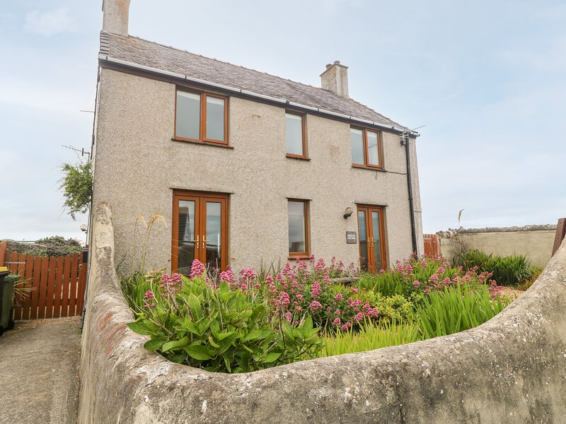 BEACON COTTAGE, stunning sea views, Cemaes Bay, alquiler vacacional en Cemaes Bay