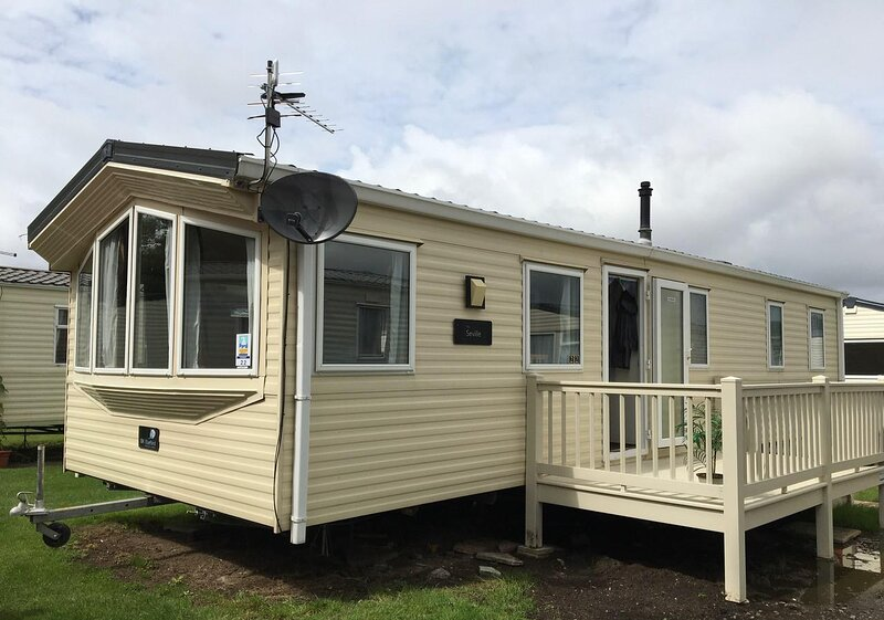 Lovely 8 berth caravan at Felixstowe Beach Holiday Park ref 55022YC, vacation rental in Felixstowe