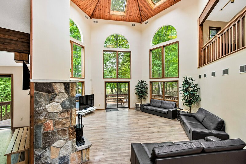 Amazing Modern Lakefront Chateau by Camelback, holiday rental in Stroudsburg