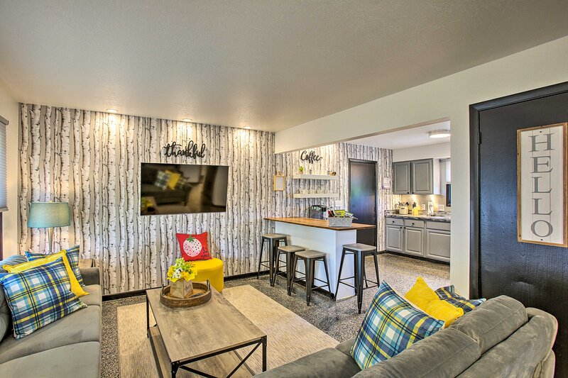 NEW! Modern Townhome w/ Deck < 1 Mi to Silver Lake, vacation rental in Grawn
