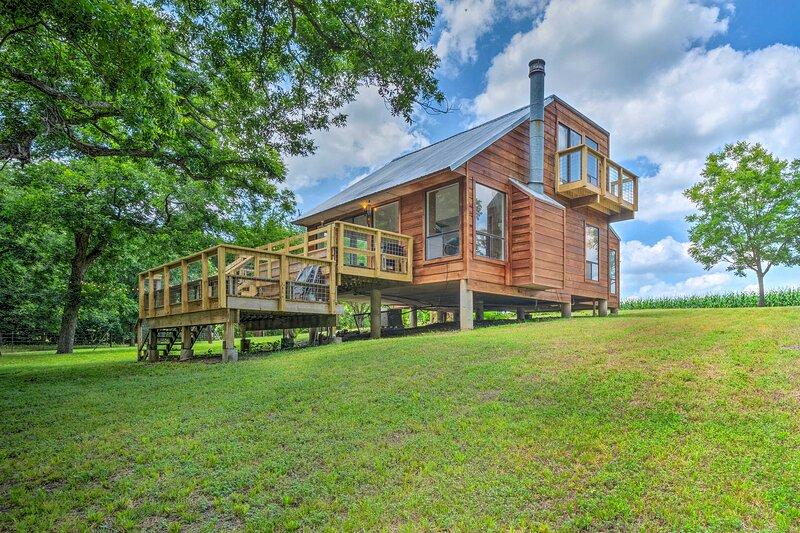 NEW! Idyllic Cabin w/ Private Yard, 9 Mi to Taylor, casa vacanza a Hutto