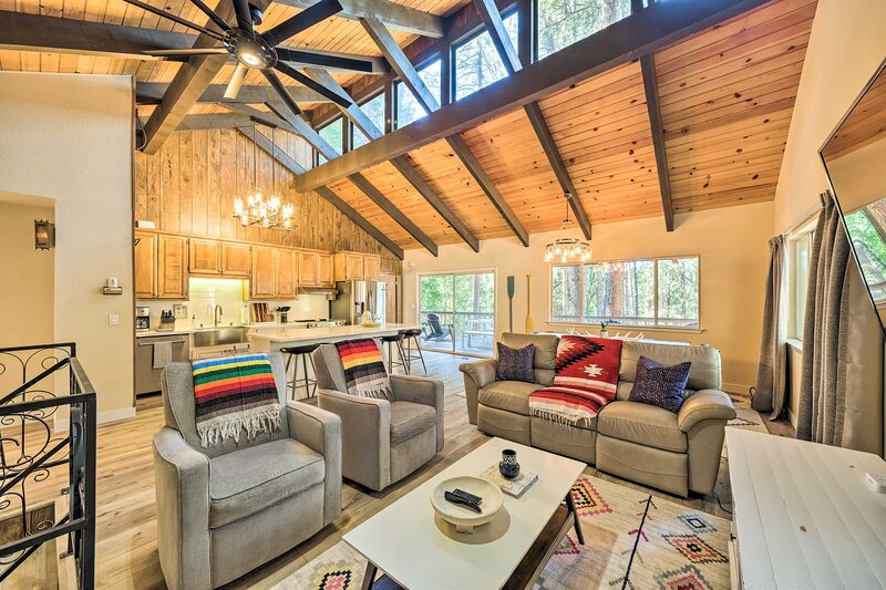 NEW! Pine Mtn Cabin w/ Hot Tub, 2 Mins to Marina!, holiday rental in Coulterville