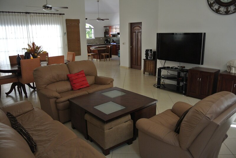 Guest-friendly villa with private pool and garden in beachfront residence, holiday rental in Perla Marina