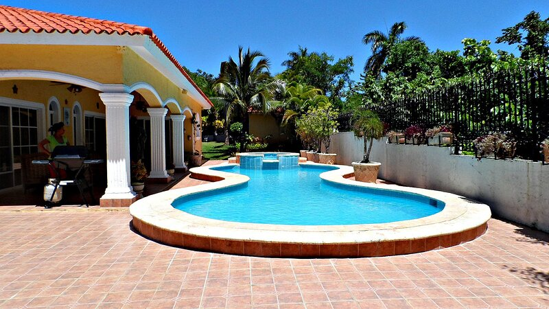 Villa with private pool and tropical garden, BBQ, internet, cable TV, near Sosua, holiday rental in Perla Marina