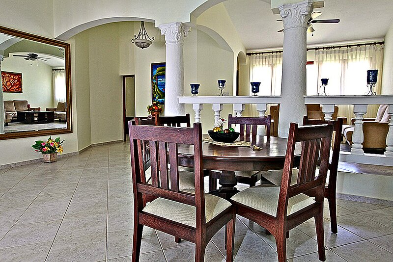 Guest-friendly villa complex in gated beachfront residence, 9BD 9BTH, holiday rental in Perla Marina