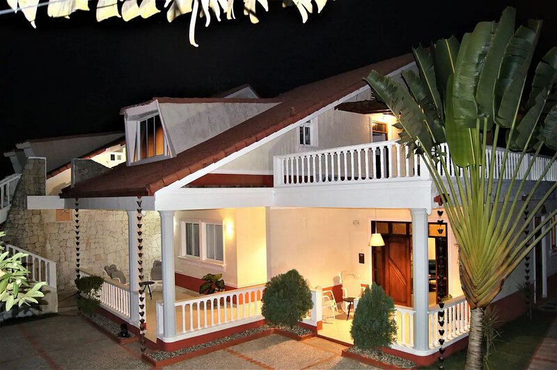 2-bedroom condo in private villa near sandy beach, holiday rental in Perla Marina
