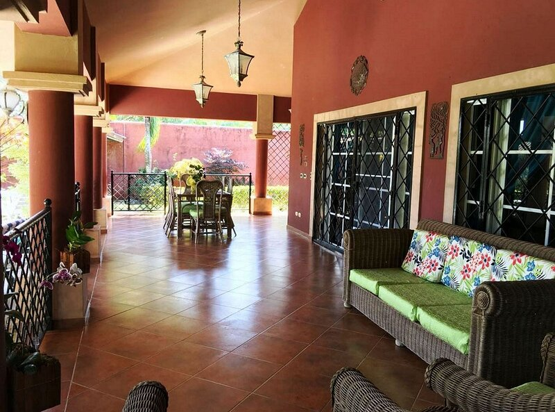 Guest-friendly 5BD/5BTH Villa near sandy beach, private pool, secured residence!, holiday rental in Perla Marina