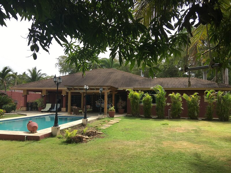 Quiet 5BD villa in oceanfront residence, private pool, steps from sandy beach!, holiday rental in Perla Marina