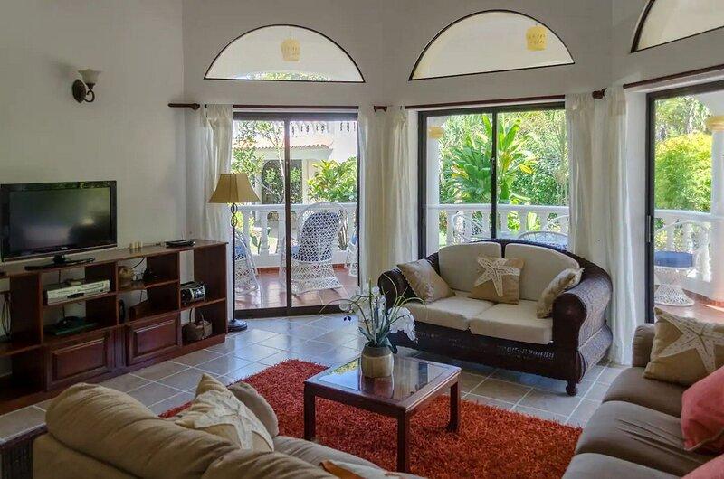 4BD villa with private pool near sandy beach, holiday rental in Perla Marina
