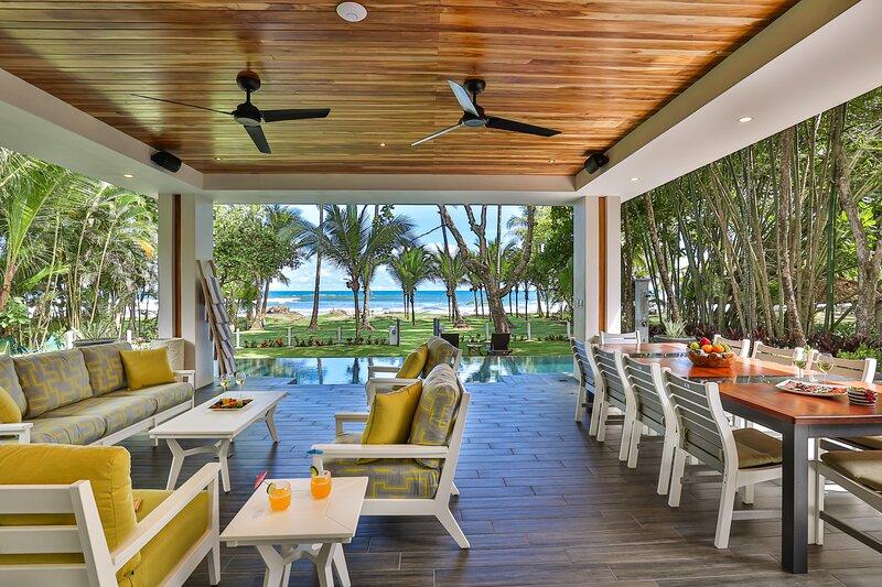 Villa Panacea: BEACHFRONT Luxury!, alquiler de vacaciones en Esterillos Este
