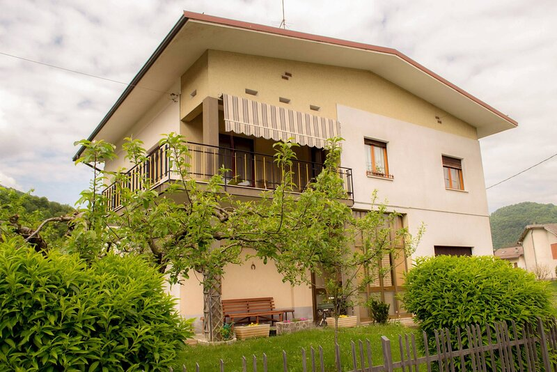 Super Villa With Garden Ideal For Families, vacation rental in Segusino