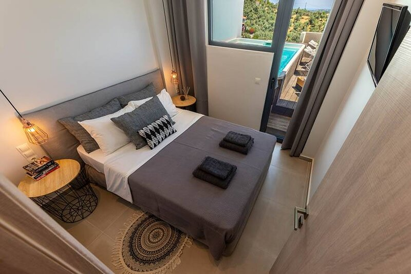 2br Suite White gea with private pool, holiday rental in Achladias