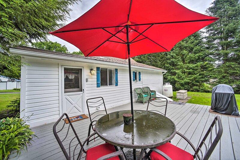 NEW! Milford Cottage on Half Acre w/ Deck & Grill!, location de vacances à Davenport