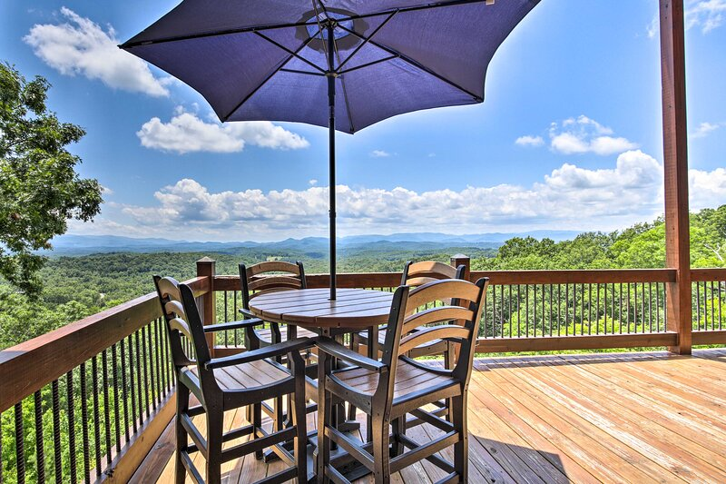 NEW! Luxe Mineral Bluff Cabin w/ Private Hot Tub!, vacation rental in McCaysville