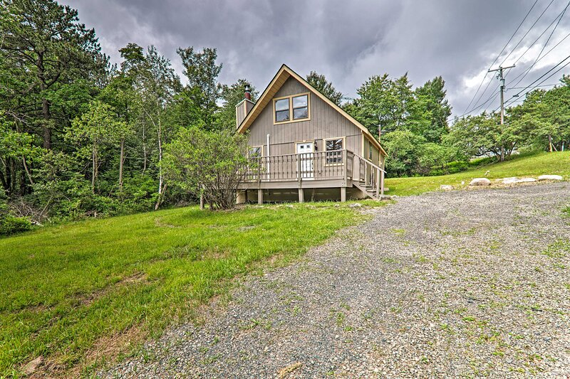 NEW! Quintessential Cottage < 1 Mi to Deer Lake!, holiday rental in Tunkhannock Township