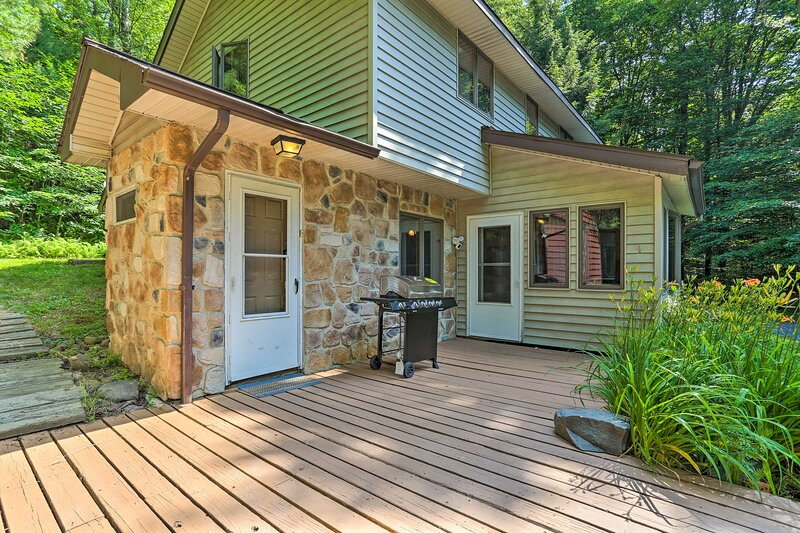 NEW! Secluded Pocono Lake Home: Fire Pit & Hot Tub, vacation rental in Long Pond