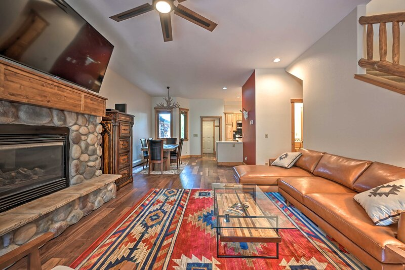 NEW! Family-Friendly Townhome w/ Hot Tub Access!, vacation rental in Oak Creek