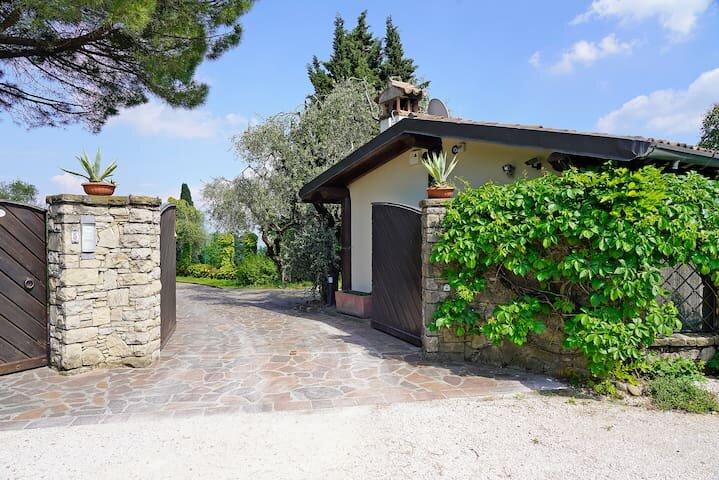 Cottage esclusivo con vista sul lago di Garda, aluguéis de temporada em Polpenazze del Garda