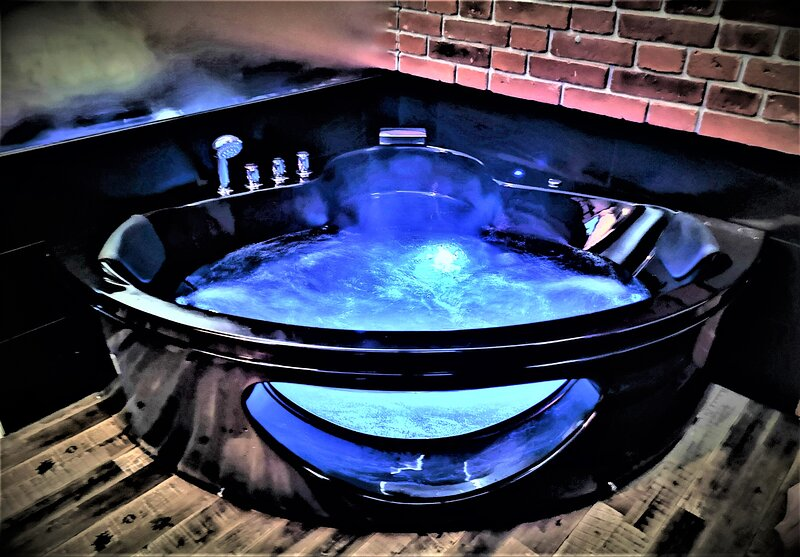 City Centre Luxury Jacuzzi Apartment, holiday rental in Stroza