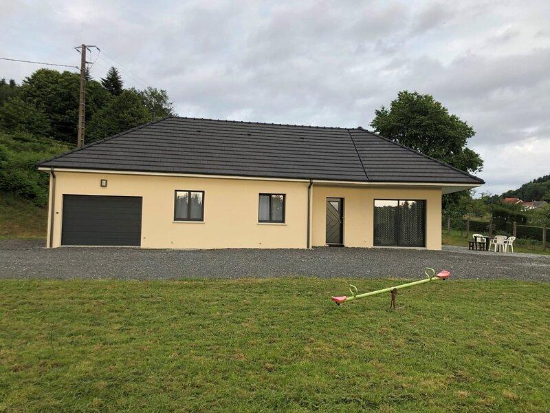 Pavillon neuf 3 chambres avec garage et parking privé, holiday rental in Bonnat