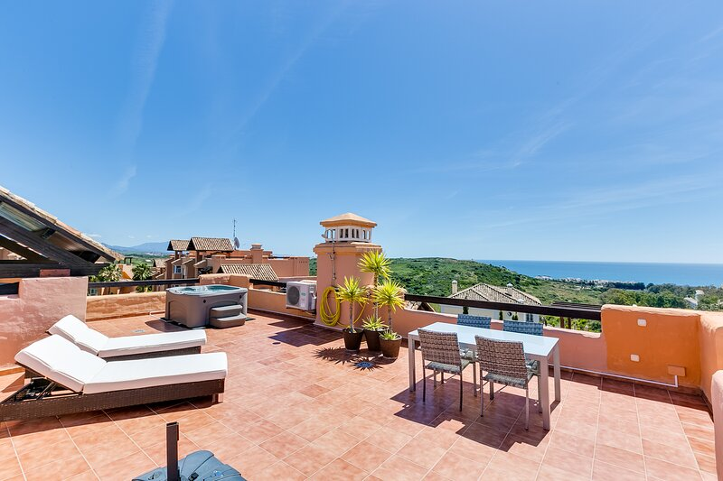 Penthouse Apartment with Spectacular Sea and Jacuzzi, holiday rental in Casares del Sol