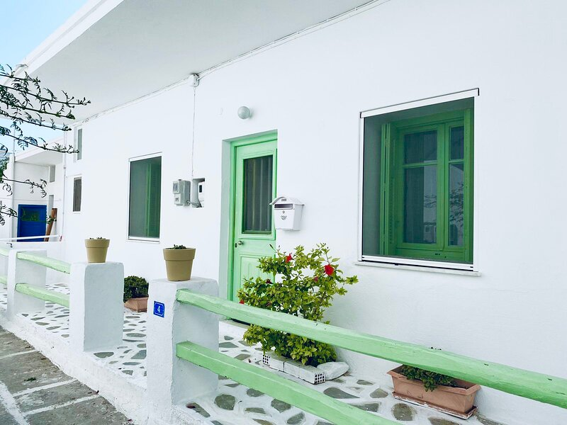 Central Traditional Cycladic house with garden, holiday rental in Parasporos