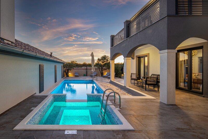Beautiful Villa Dalmatinka, with a Pool, holiday rental in Policnik