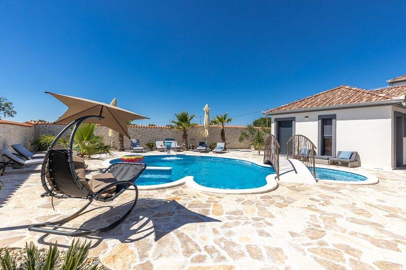 Beautiful Villa Dalmatinac & Dalmatinka, holiday rental in Policnik