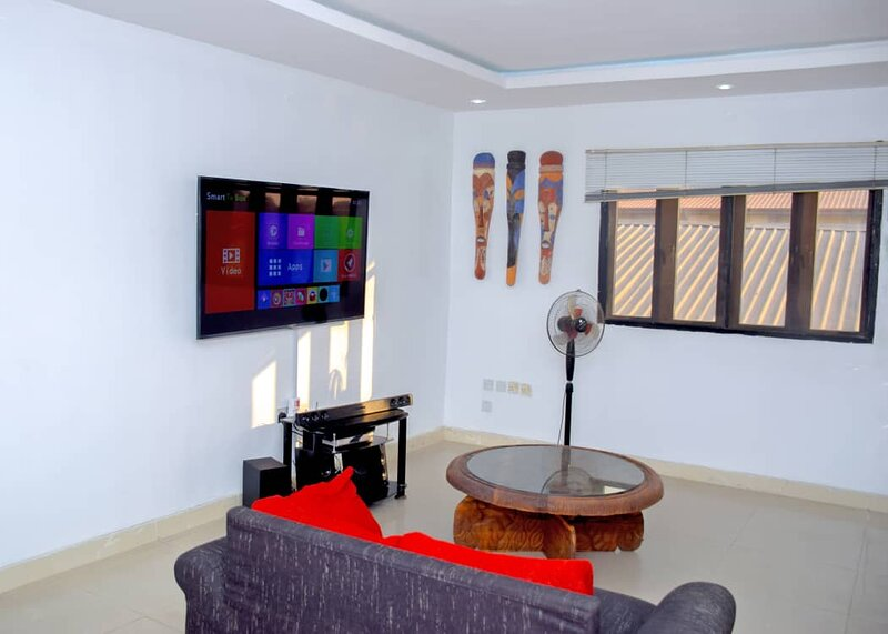 Inviting 2-Bed Apartment in Lagos -canal views – semesterbostad i Festac Town