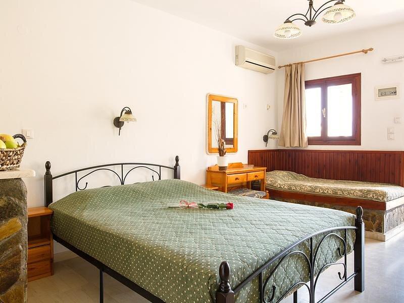 Relaxing studio with veranda n garden, holiday rental in Amoudara