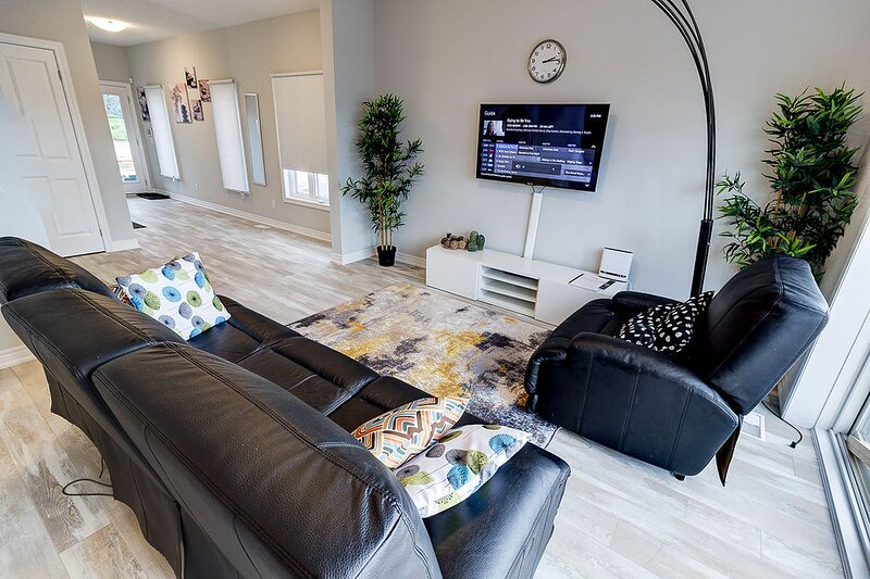 Plush residence mins from Niagara Falls and Brock university, holiday rental in Welland