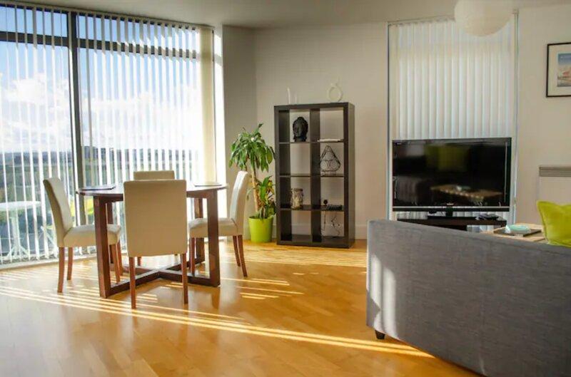 8KS Fantastic City Centre apartment w view & parking, holiday rental in Bebington