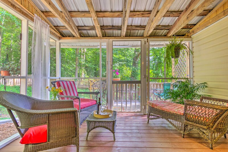 NEW! 'The Country Cottage' in Union Mills w/ Pool!, alquiler de vacaciones en Bostic
