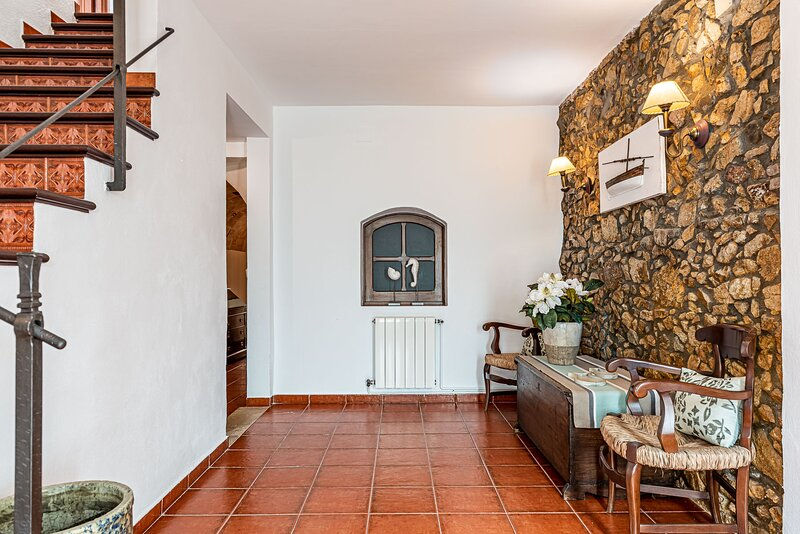 BOUTIQUE HOME, 18th CENTURY VILLAGE HOUSE WITH  POOL, JUST 45 M. TO THE BEACH, holiday rental in Sant Daniel