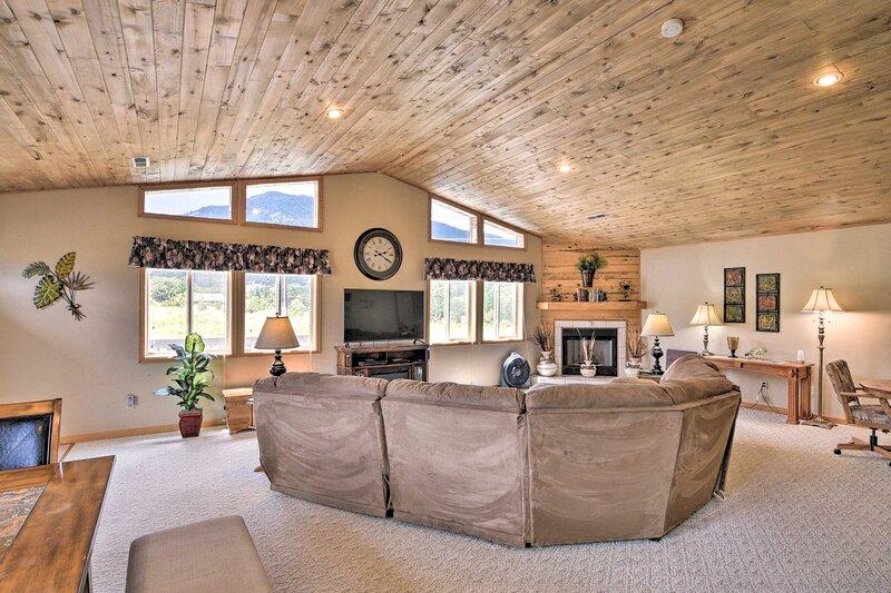 Spacious Buena Vista Home w/Fire Pit Near Skiing!, aluguéis de temporada em Chaffee County