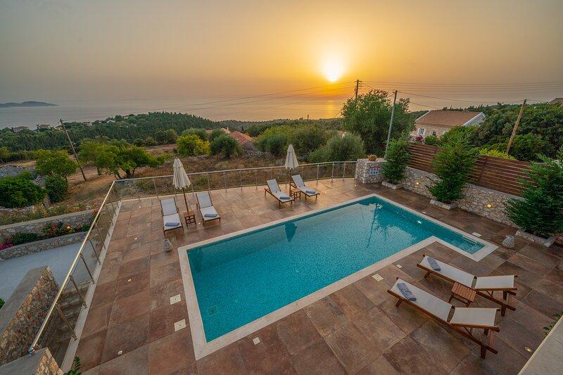 Villa Cleopatra sunset view!!, location de vacances à Platrithias