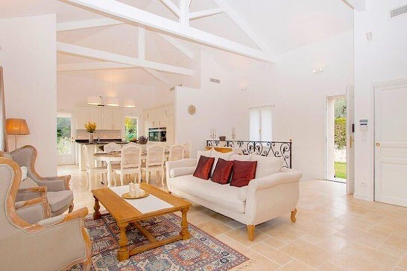 Luxury Mougins Provencale Stone Villa, vacation rental in La Roquette-sur-Siagne