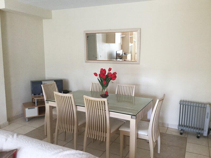 Benahavís Central Location. Spacious 2 Bedroom Apartment with views, holiday rental in Benahavis