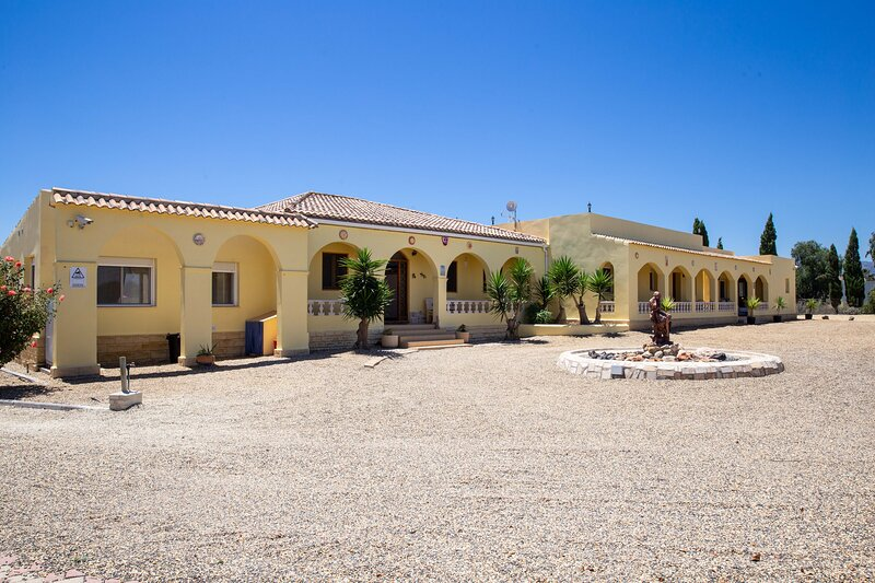 Villa Mariana, Private Pool, Tennis & Games Room, holiday rental in Turre