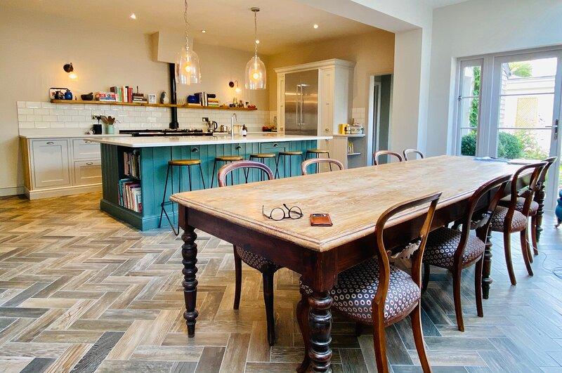 Large interior designed family home available for literature festival – semesterbostad i Cheltenham
