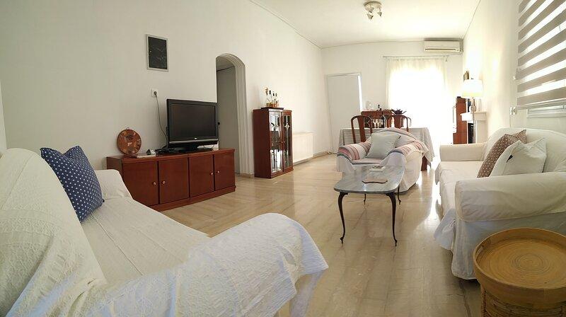 Charming 2-Bed Vacation House in Lagonisi Attikis, alquiler de vacaciones en Koropi