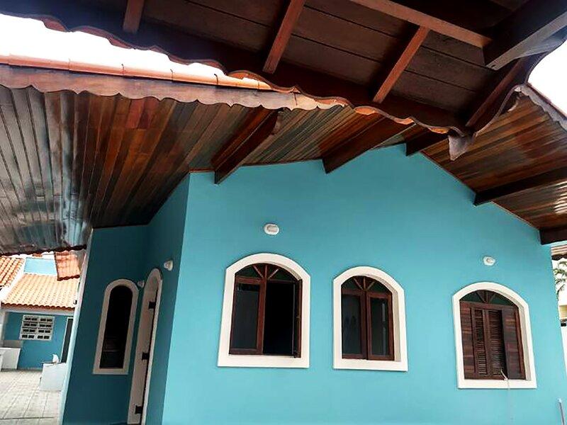 Casa com lazer e a 200 m da praia em Peruíbe/SP, holiday rental in Itariri
